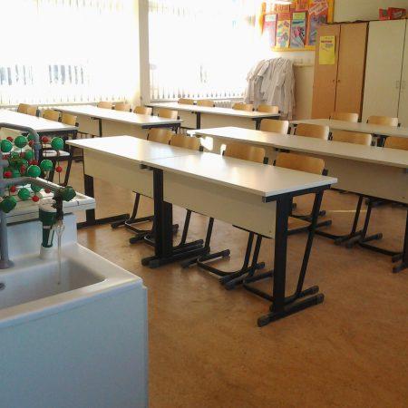 Chemie Kabinett mit entwicklungsbedürftiger Ausstattung