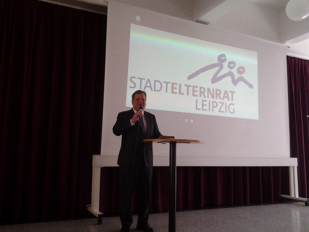 Prof. Fabian spricht zum Arbeitsstand Schulnetzplan und Schulhausbau der Stadt Leipzig