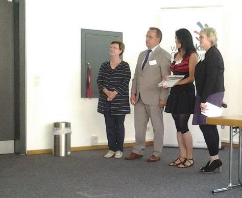 Jörg Heynoldt gratuliert der Berufsorientierungslehrerin der Pestalozzi Oberschule.