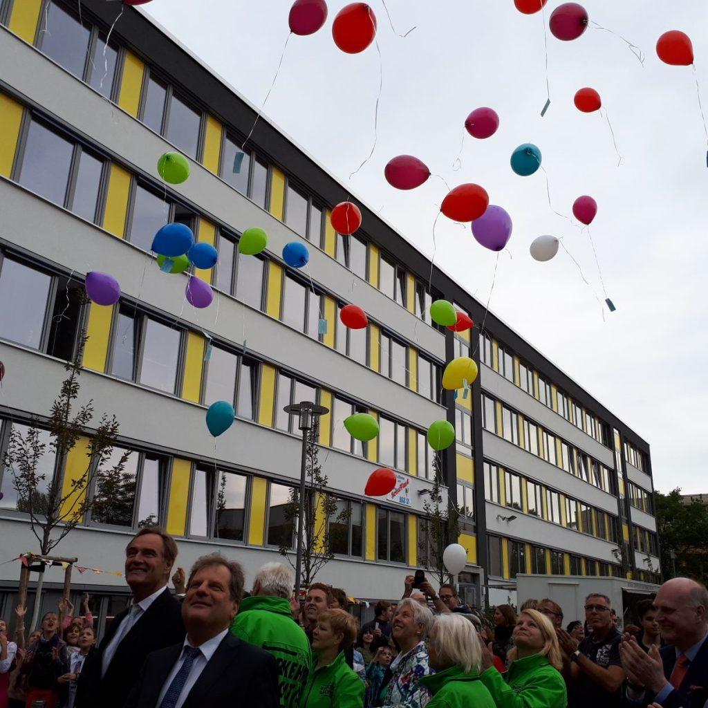 Die Wünsche der Schüler gehen in die Luft. Mit Prof. Fabian und Oberbürgermeister Jung. (v. r.n.l)