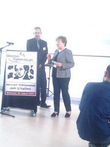Staatsministerin Frau Kurth übergibt Förderscheck an Schulleiter Herrn Coccejus.