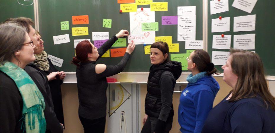 Elternvertreter des Arbeitskreises Oberschule planen mit Elternmitwirkungsmoderatoren, wie Elternvertreter mehr Eltern zu Mitarbeit in der Schule bringen können.