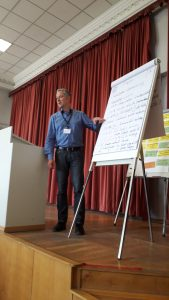 Niko Kleinknecht berichtet aus der Runde Schulsozialarbeit auf der Vollversammlung des Stadtelternrates Leipzig vom 14.04.2018