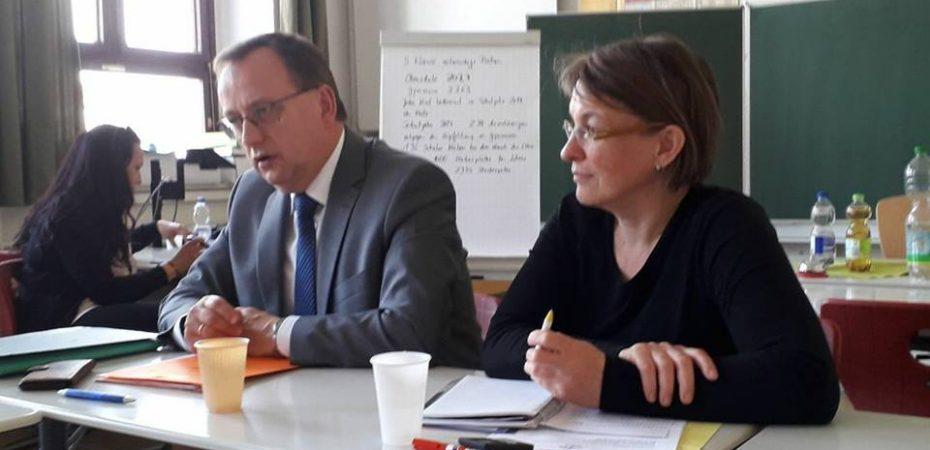 LaSuB Leiter Herr Heynoldt im Gespräch mit den Elternvertretern. Jesscica Schmidt führt das Protokoll und Sabine Baillieu moderiert das Gespräch.