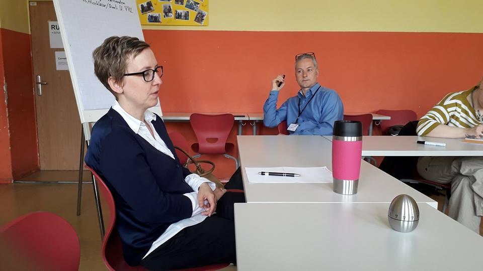 Frau Cornelia Klöter, Sachgebietsleiterin Abteilung Bildung, Sachgebiet Bildungsmanagement vom Amt für Familie, Jugend und Bildung (AJuFaBi) stellt sich den vielfältigen Fragen der Eltern. Herr Niko Kleinknecht moderiert. Das Protokoll führt Gregor Gebauer (nicht im Bild).