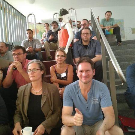 Die Eltern durften auf der Chortreppe des Eva-Schulze sitzen zur Vollversammlung des KER Leipziger Land.
