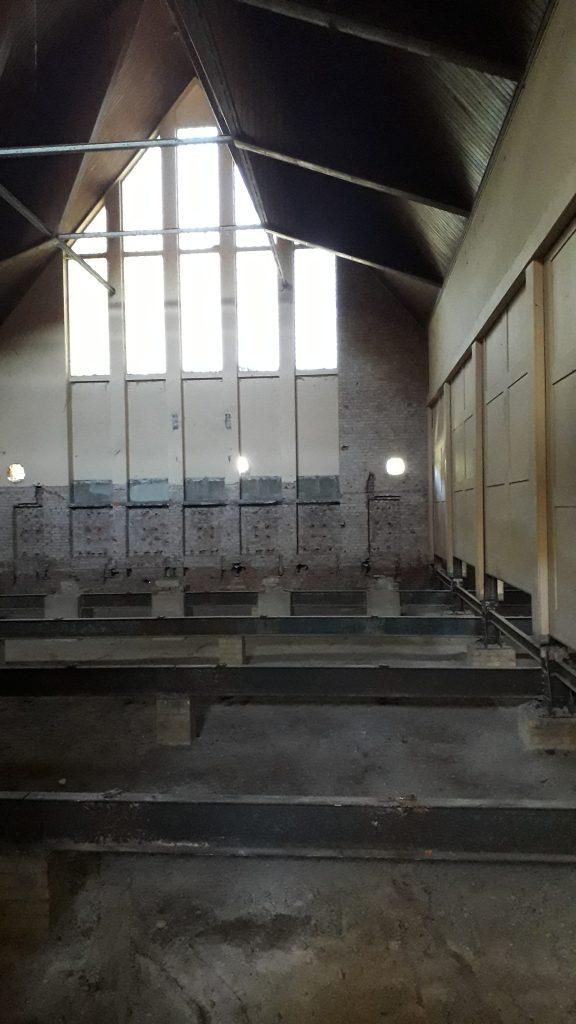 Karl-Heine Schule: Noch wirkt der ehemalige Turnraum düster. An der rechten Seite lassen sie die Wände hochziehen und mit dem nächsten Raum verbinden. Hier soll die Mensa rein.