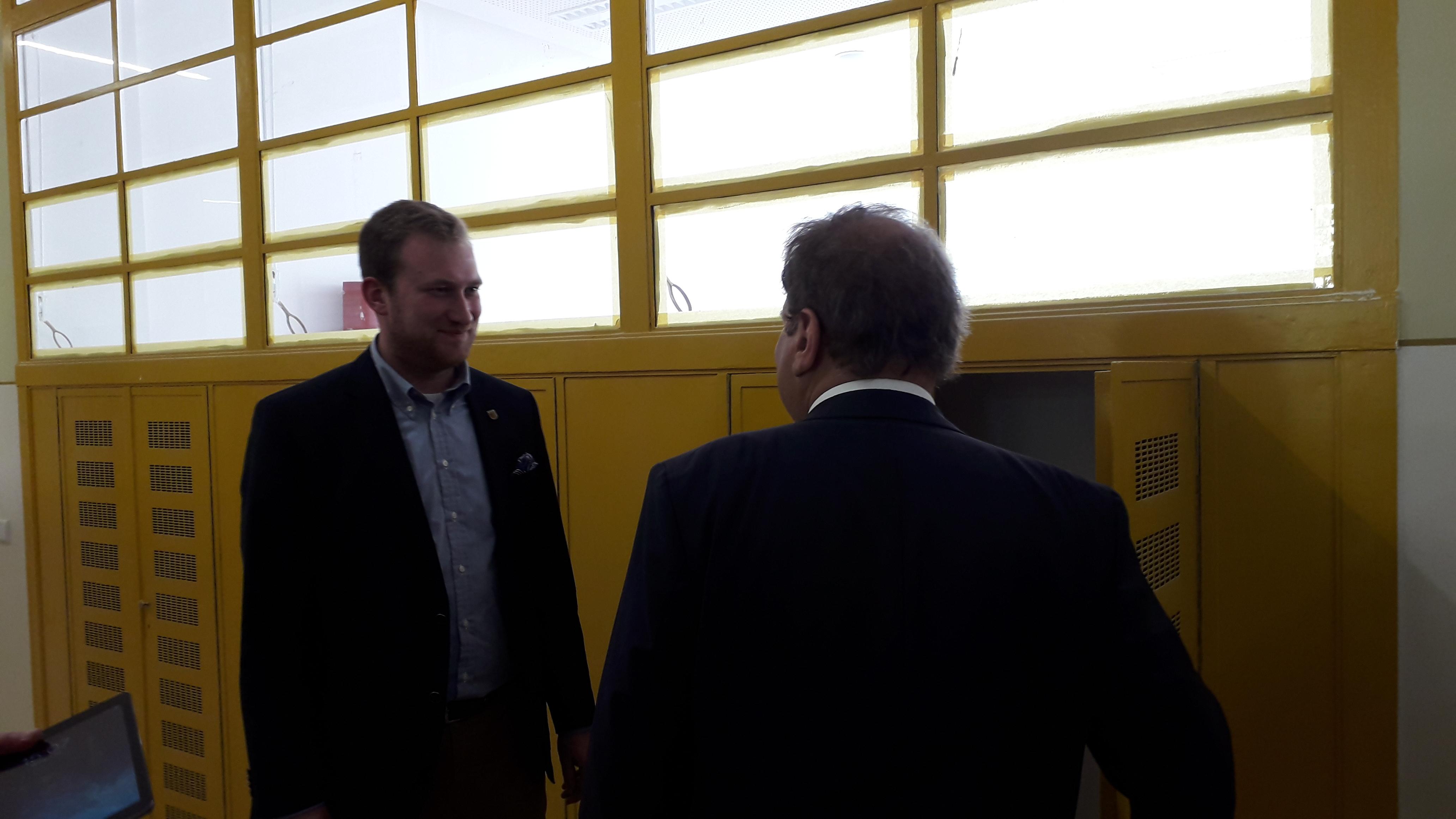 Michael Weickert schaut sich mit Prof. Fabian die Spinde an in derOberschule Ratzelstraße