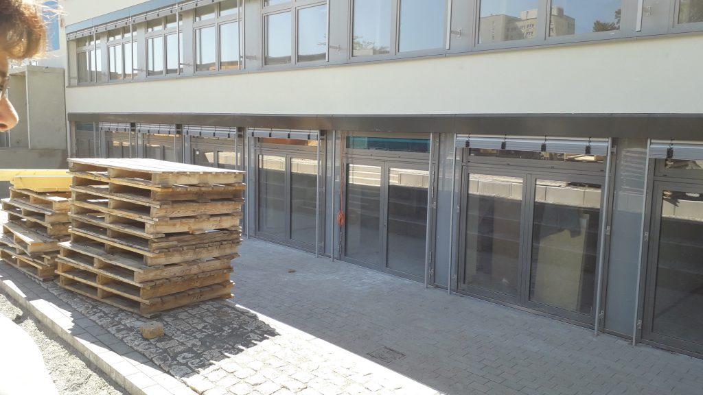 Nach Süden hin sind die Kellerräume bis zum Boden verglasst. künftige Georg-Schumann-Schule