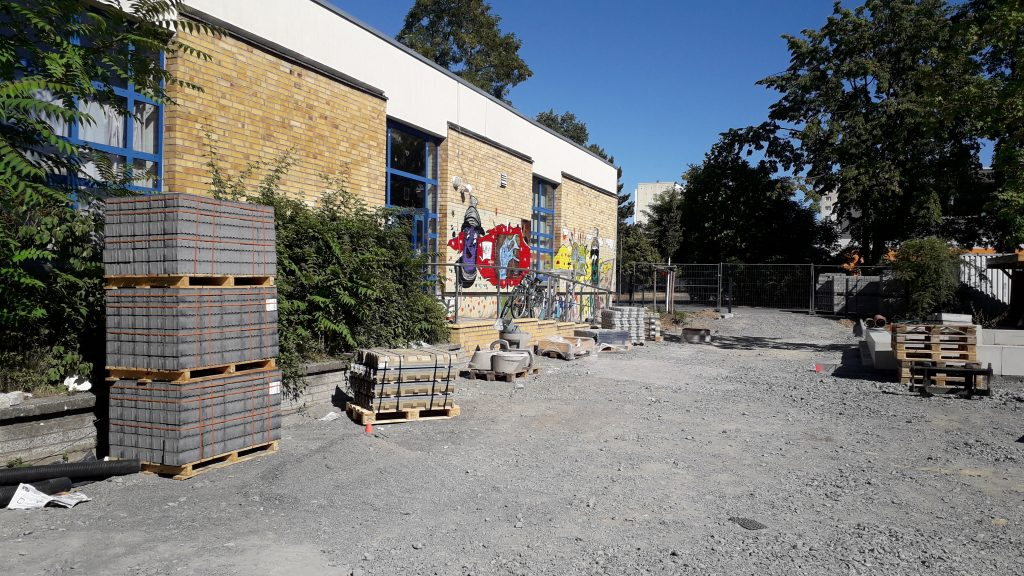 "Alte Paplo-Neruda-Schule Pausenhof zur Jugendclub ""Messemagistrale"""